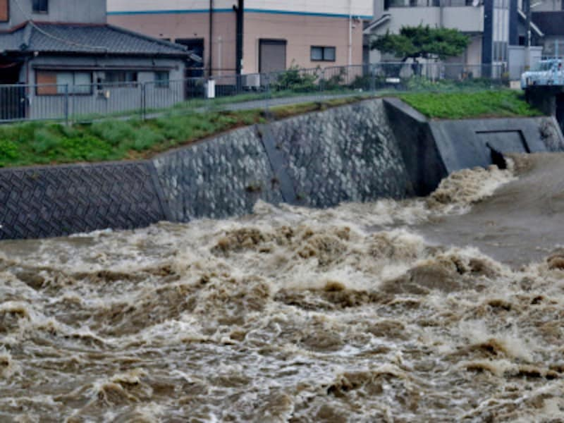 119440042018年7月の今豪雨では33道府県と広域にわたり被害が生じている11944198被災で契約の有無や契約先がわからないときは、損害保険協会の「自然災害等損保契約照会センター」で契約照会を33586338被災地域を対象にした「平成30年7月豪雨消費者トラブル110番」が開設されている