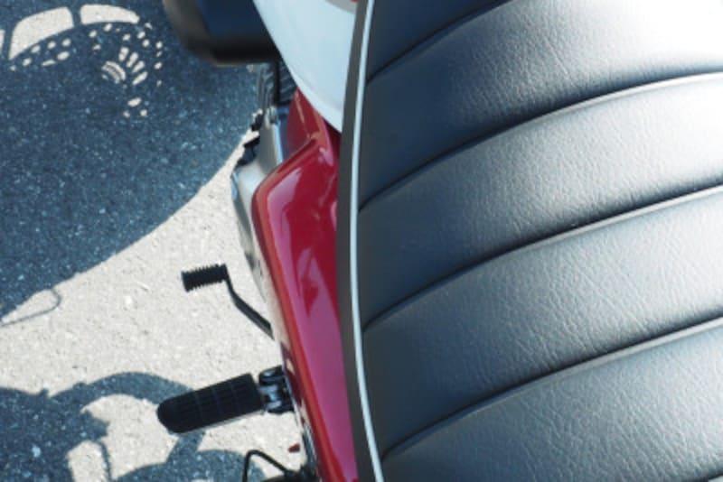 モンキー125はサイドカバーなどが張り出ているので若干足は開いて足をつく形になる