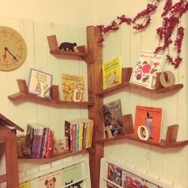 壁と木材を使ってツリー風に仕上げたおしゃれな本棚。ナイスアイデアですね(出典:Roomclip「読書スペース/イベント用/すのこDIY/キッズスペース/子どもスペース/あかちゃんのいる部屋…などのインテリア実例-akatukiyukiの部屋-」)