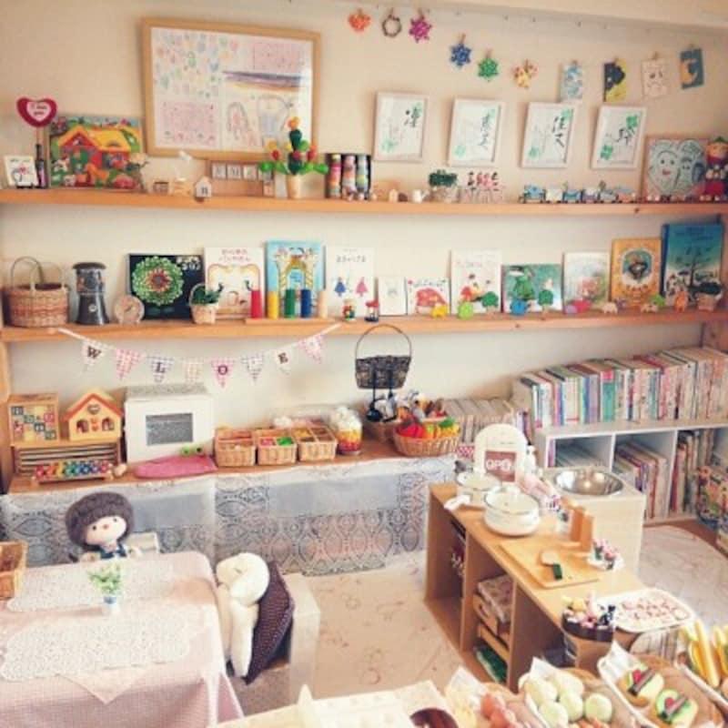 絵本をアートやインテリアとして活用した実例。飾る絵本を変える楽しみもあります(出典:Roomclip「おままごと/雑貨/ダイソー/本棚/カラーボックス/おもちゃ…などのインテリア実例-meg.の部屋-」)