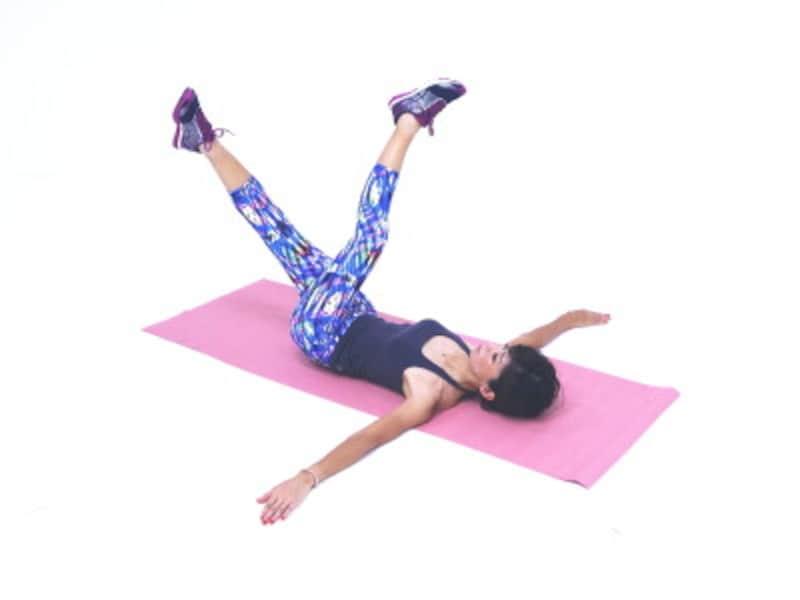 女性らしい美脚をつくる足パカエクササイズ5 左脚が上にくるようにゆっくり両脚をクロス。