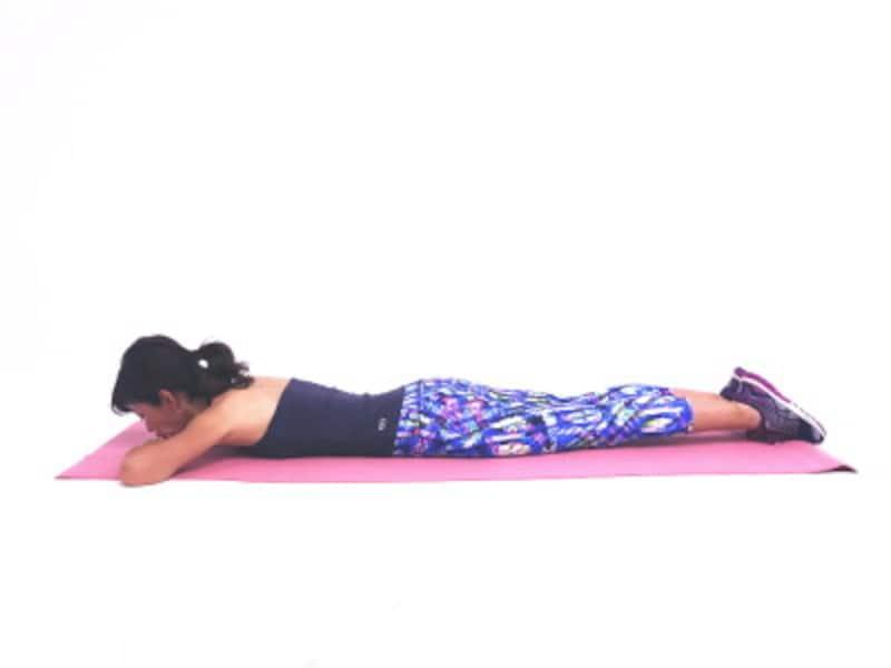 ビキニボディになる!?足パカエクササイズ1 うつ伏せになり、両肘肘を曲げます。
