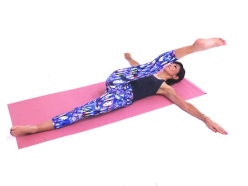 美脚ストレッチ5 斜め上に伸ばし脚裏を伸ばします。