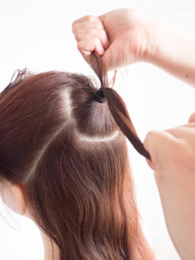 トップの髪をヘアゴムで結ぶ
