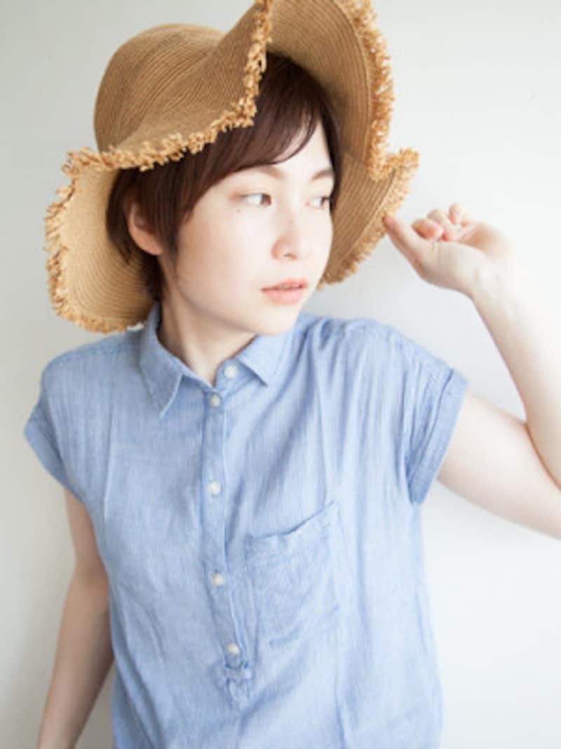 大人かわいい麦わら帽子と斜め流し前髪