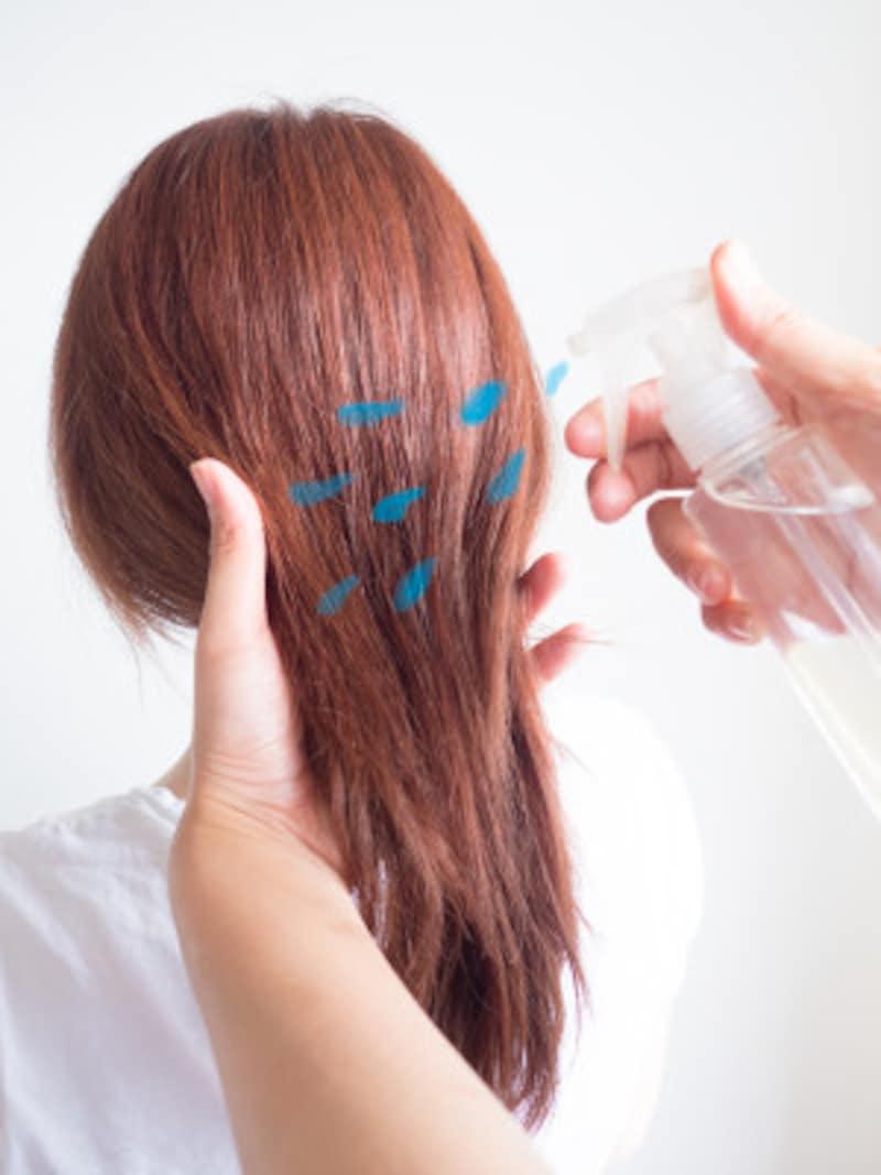 髪全体に水スプレーをかける