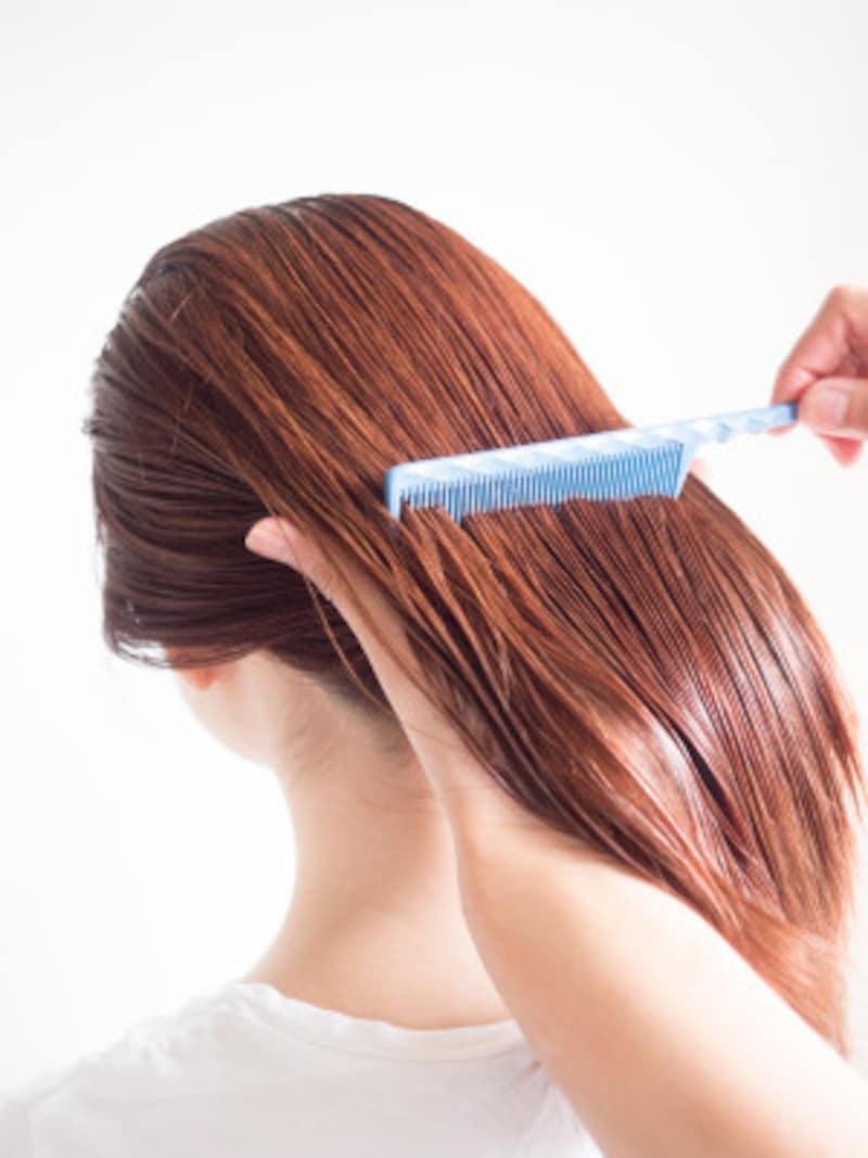 コームで髪全体を梳かす