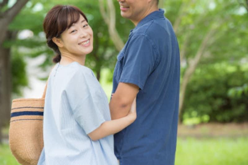 夫婦関係は、お互いの言葉や態度次第でポジティブに変わるもの。まずは自分の笑顔と態度から振り返ってみましょう