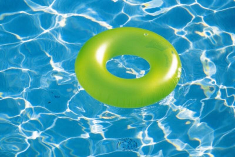 プールと浮き輪