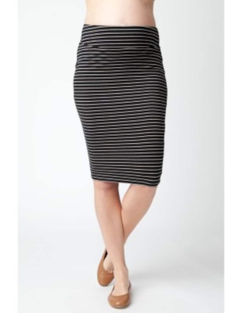 柔らかく、ストレッチの効いた素材のブラックとベージュのボーダーマタニティスカート
