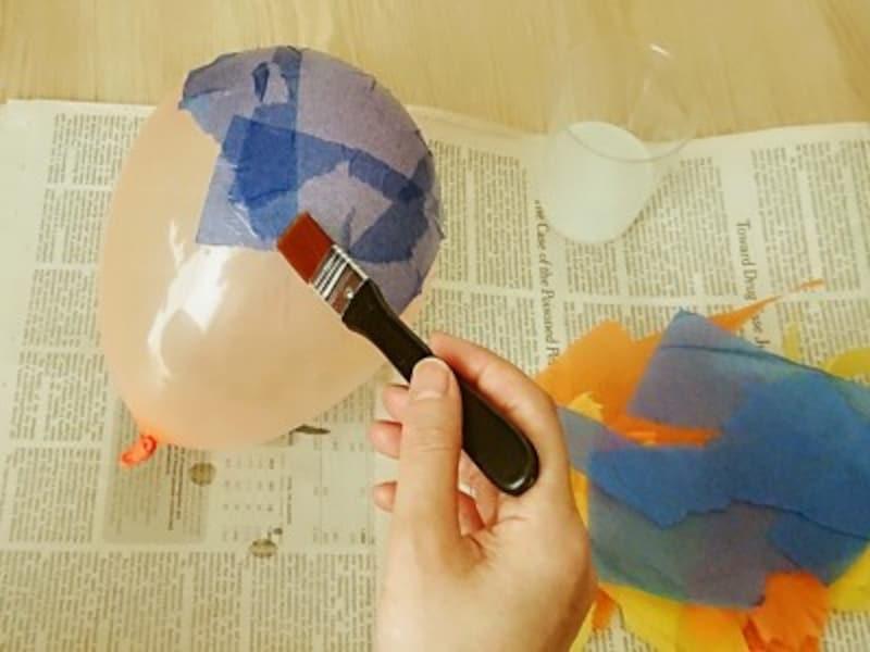 地球儀ランプシェードなのでお花紙は青色をベースに貼っていこうね!