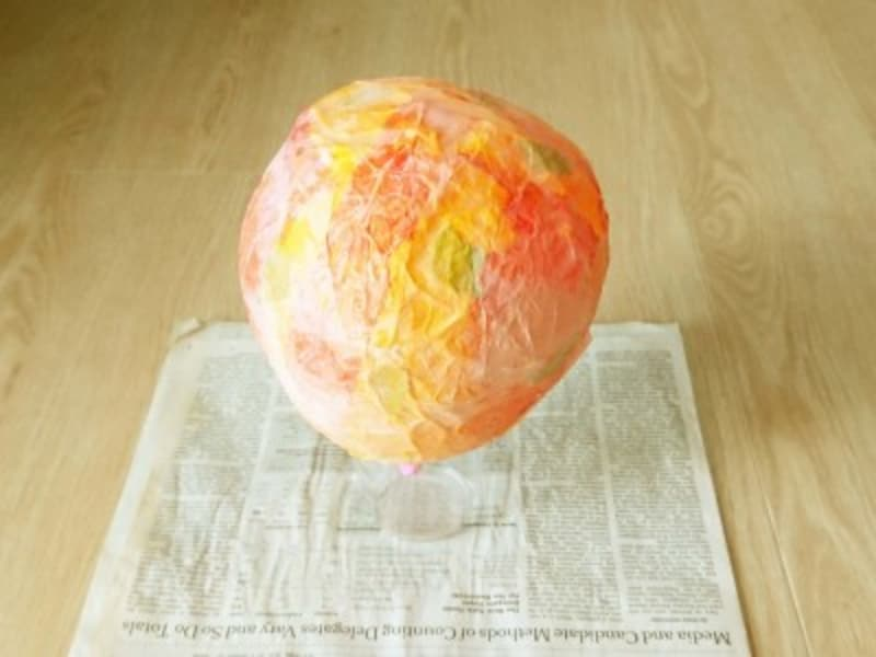 黄色・オレンジ色・薄橙色のお花紙と、黄緑色の和紙を貼っている