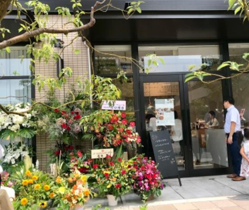 オープン時はたくさんのお花が店頭を彩っていました