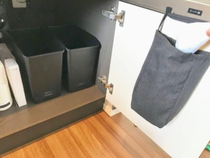 扉裏を利用してスーパー袋の収納場所に