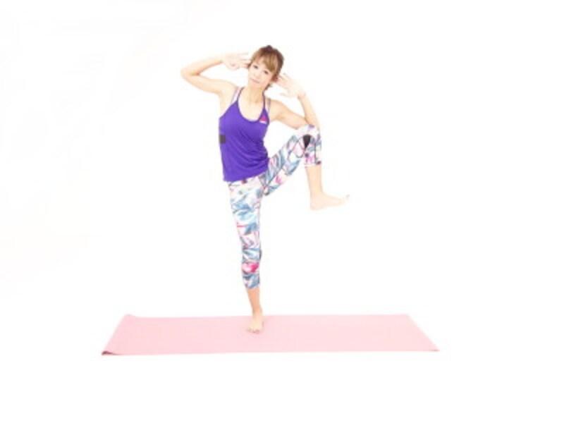 バランス体幹エクササイズ3 左膝と左肘をタッチします。