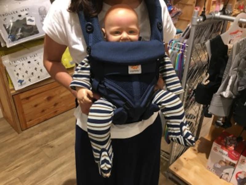 前向き抱きしてあげると、周囲が見渡せるので、赤ちゃんもお散歩が楽しくなりそうです