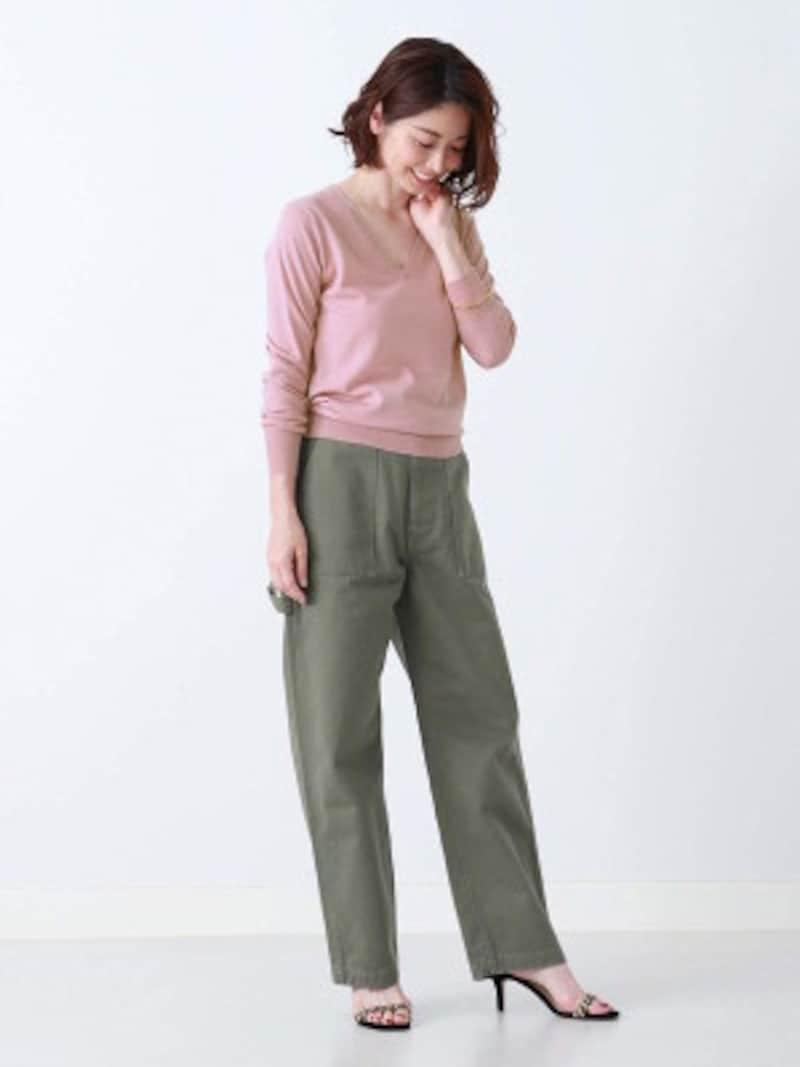 くすみピンクのニットとオリーブグリーンのチノパンツ。サンダルのレオパード柄もトレンド感があります(画像はAmazonより:http://amzn.asia/7EJBjYZ)