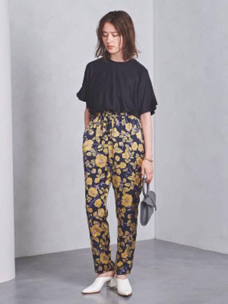 紺地に、濃い黄色の花柄パンツ。紫も使われており、トレンド感のある色づかいとなっています(画像はAmazonより:http://amzn.asia/aX0NASA)