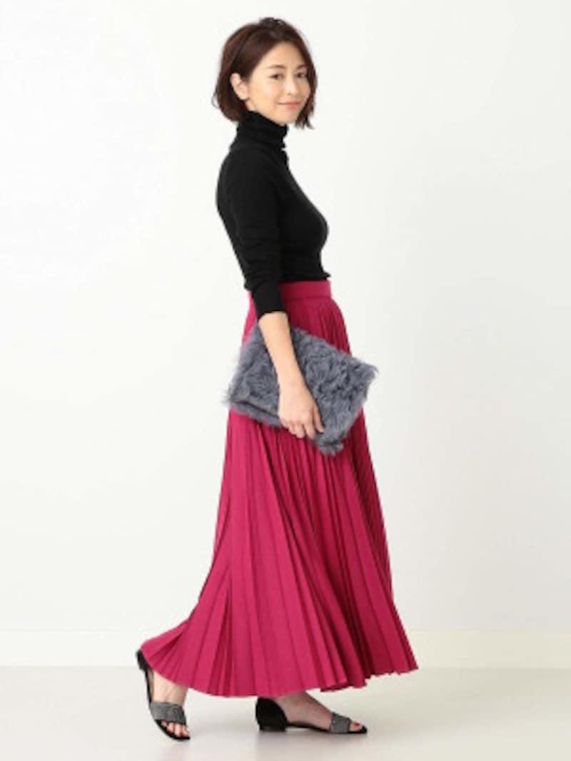 デザイン性の高いランダムプリーツのマキシ丈スカート。トップスの黒が明るいピンクを引き立てています(画像はAmazonより:http://amzn.asia/iwd0Mzh)