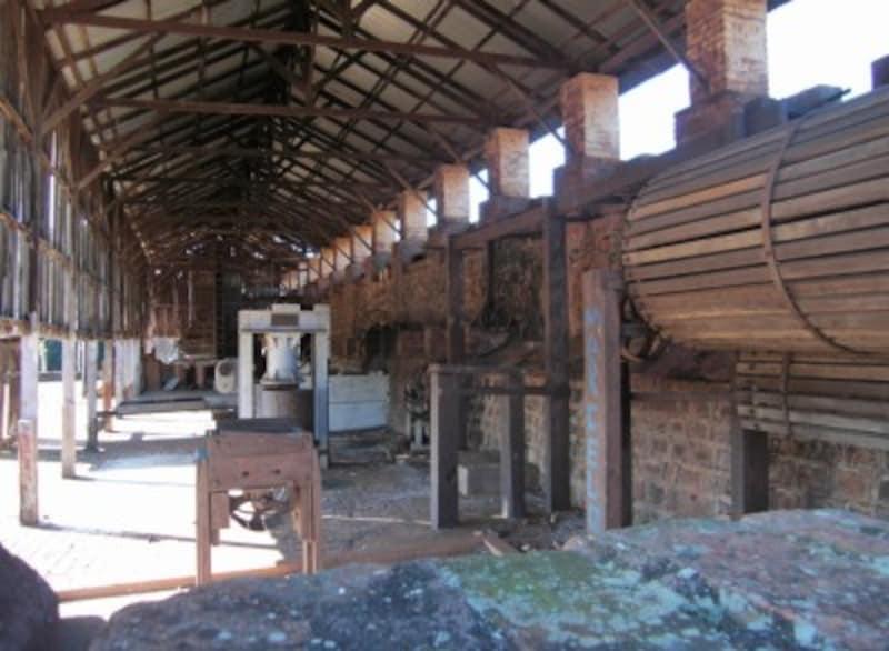 Legendo農園の建物内 当時のコーヒー焙煎機や乾燥器具
