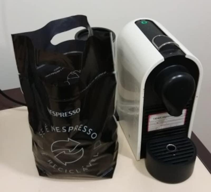 オフィスにおかれたカプセル式コーヒーマシーンとリサイクル用の回収サック