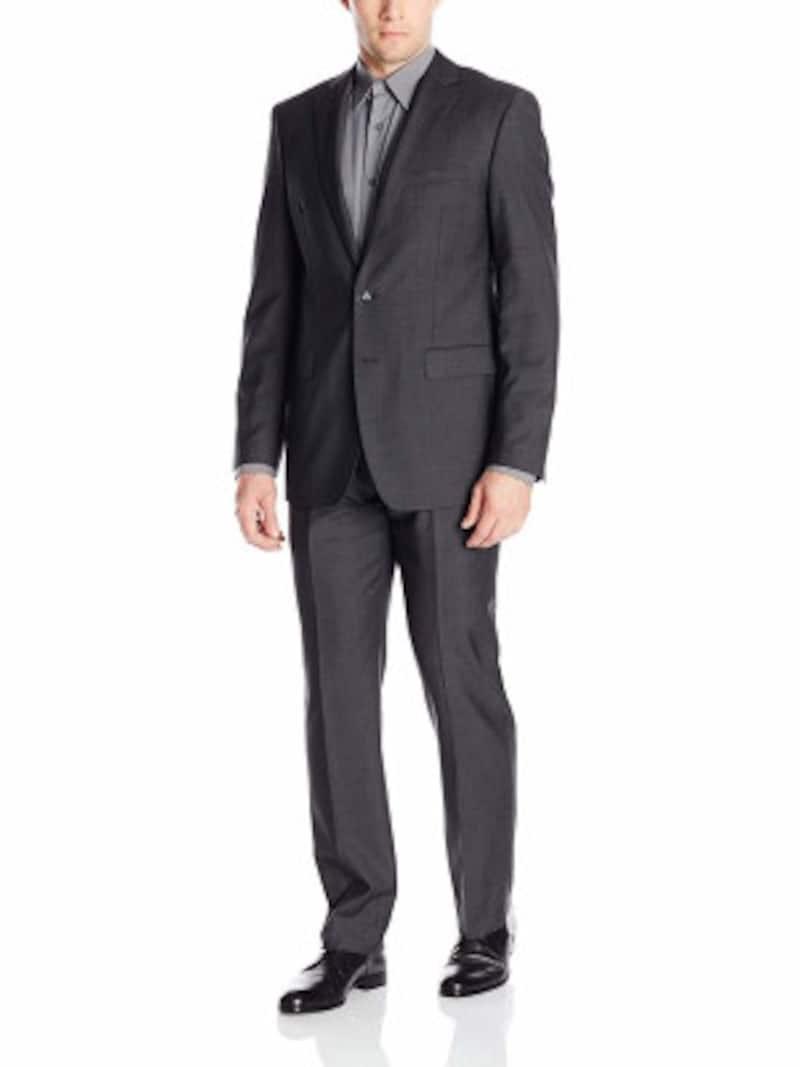 チャコールグレースーツの着こなし例:無地のスーツ、ミディアムグレーのシャツのノーネクタイスタイル(画像はAmazonより:http://www.amazon.co.jp/dp/B01D08IBCW/?tag=aajg-369-22&linkCode=as1&creative=6339)