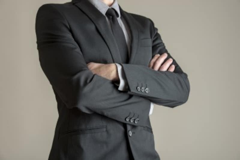 「チャコールグレー」のスーツは、ビジネスの王道スタイル