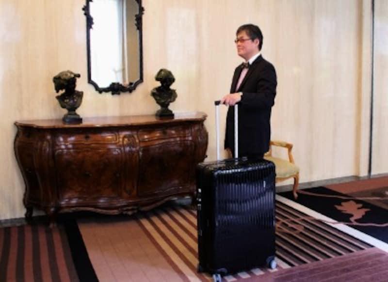 一級品として名高いリモワのスーツケース。ガイドが愛用しているのは大容量の104L
