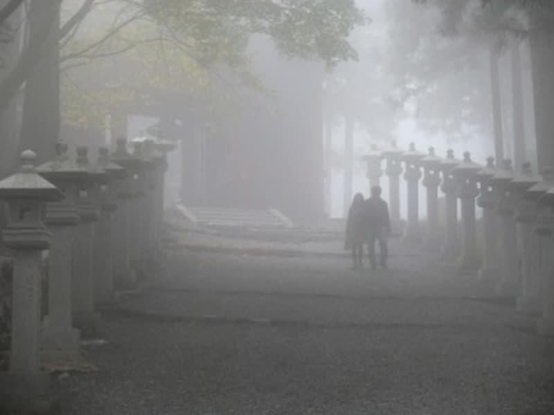 霧に包まれ、神秘的な雰囲気の三峯神社境内