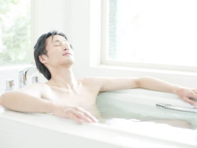 入浴する男性