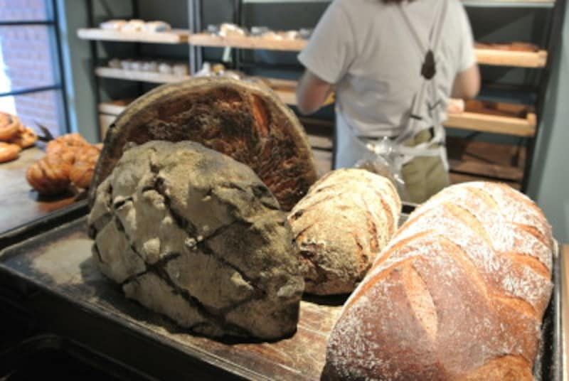 大型のパンはその場で切り分けてくれる。急ぎの人にはあらかじめスライスされて包装されたものも。