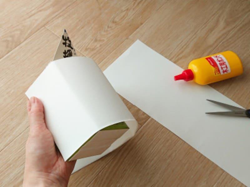 牛乳パック貯金箱のベースになる白色画用紙で覆う