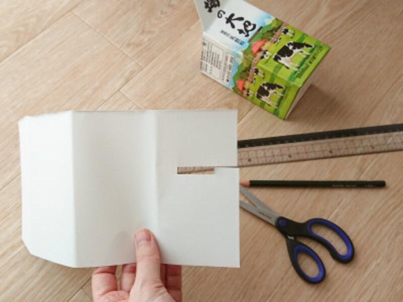 定規と鉛筆を使って印をしてから切ると、きれいな牛乳パック貯金箱になる