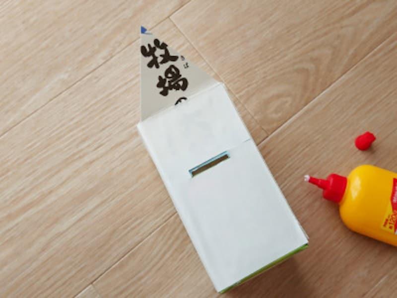 白色画用紙を牛乳パック側面に貼る