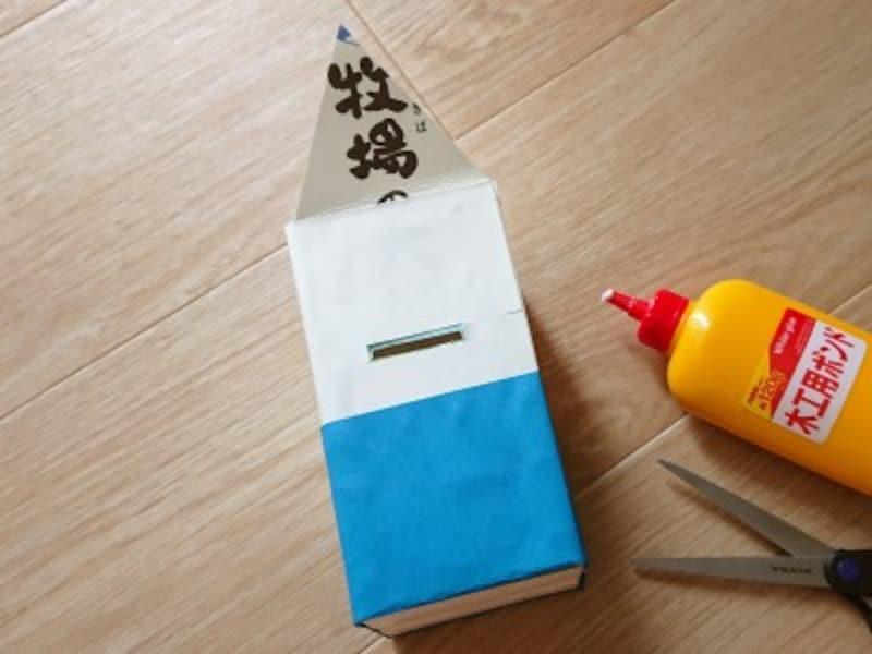 青色画用紙も牛乳パックの側面に合わせて貼っていく