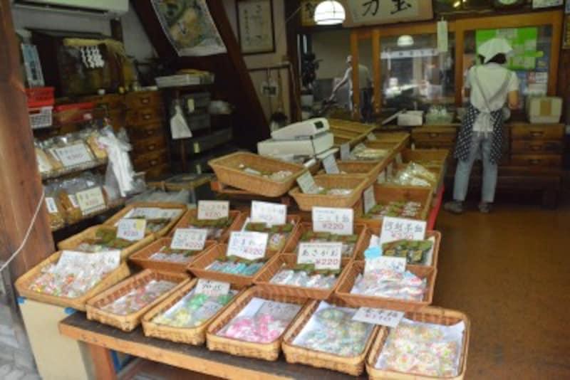 飴作り職人の匠の技が観察できる「玉力製菓」