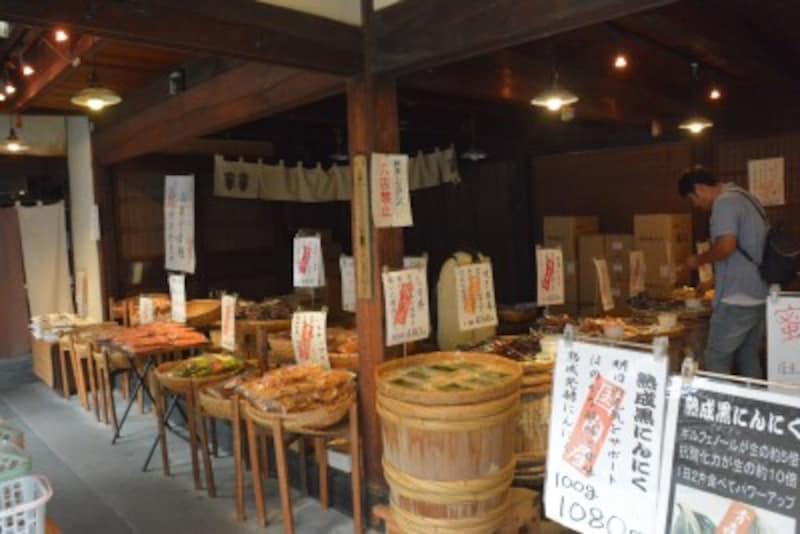 「三代目彩香」の店頭に並ぶ生姜やニンニクなどの珍しい漬物