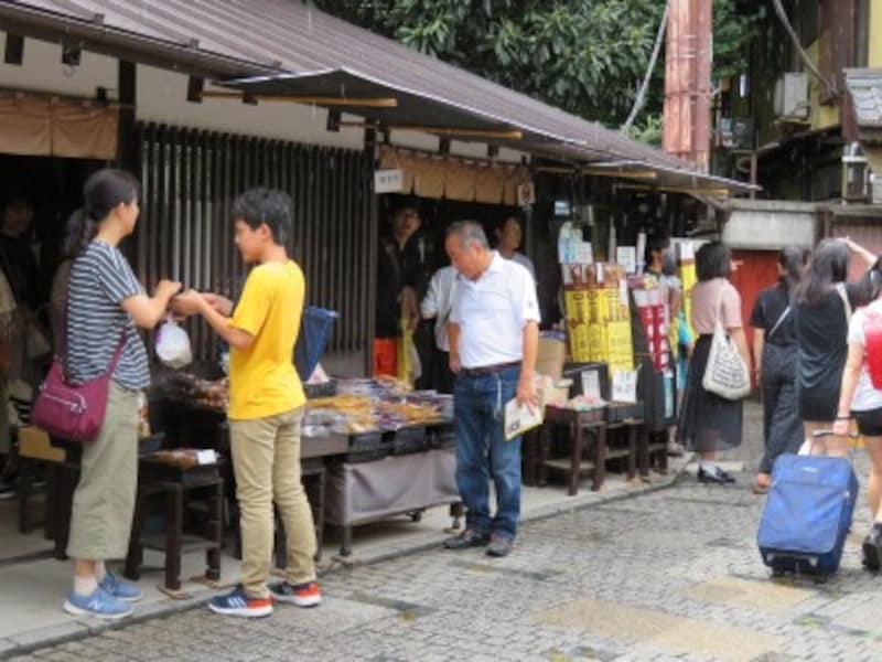「菓子屋横丁」の中心に店舗を構える「松陸製菓」