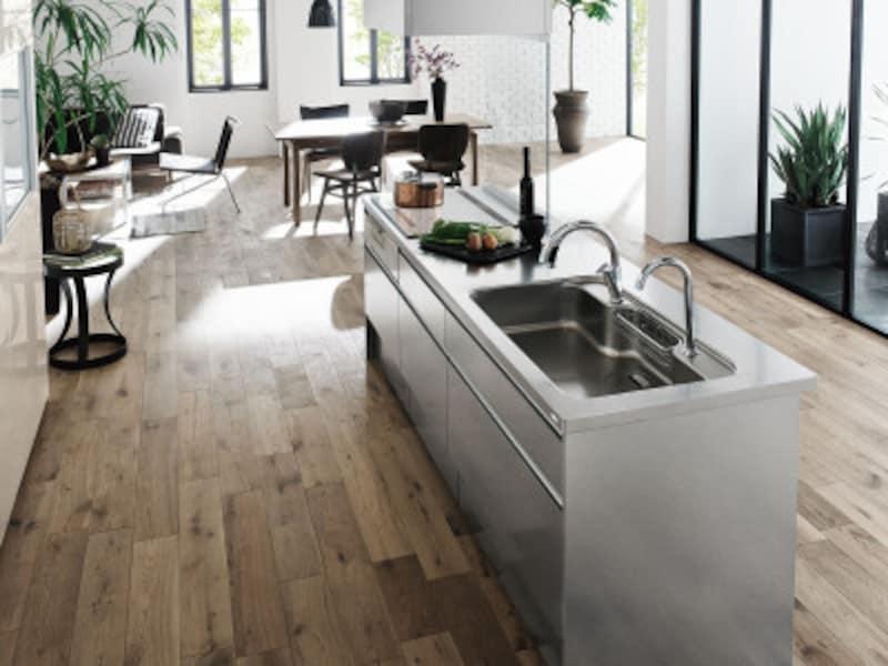 窓からの眺めを楽しめるアイランドキッチン。ステンレス製のキャビネットがナチュラルモダンな空間に馴染む。[リシェルSIオープン対面キッチンセンターキッチンアイランド型]LIXIL http://www.lixil.co.jp/