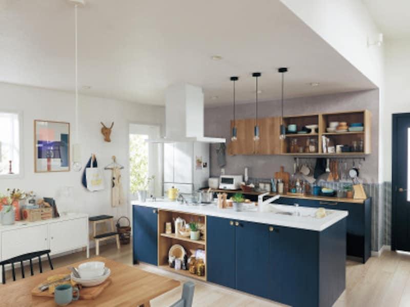 空間のポイントとなるようなネイビー色をナチュラルなオーク柄と組み合わせ、カフェのような優しい空間を実現。[ラクシーナ]パナソニックエコソリューションズ http://sumai.panasonic.jp/