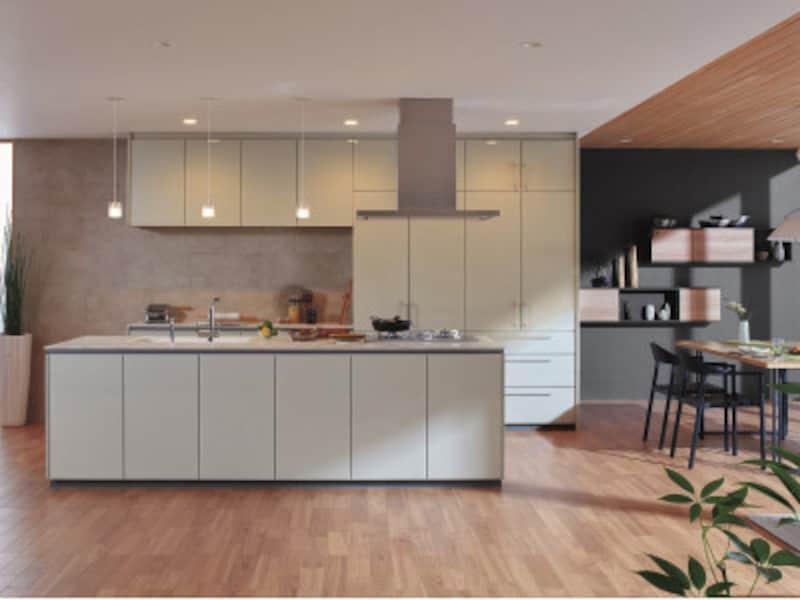 空間に馴染むような優しい色合いのキッチン。すっきりとしたデザインのレンジフード、水栓金具を取り入れ、洗練された空間に。[ザ・クラッソ] TOTO https://jp.toto.com/