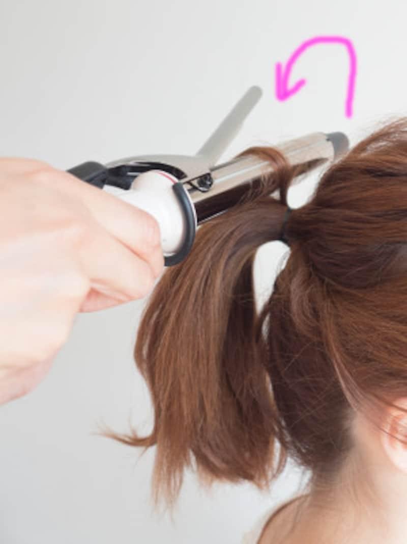 毛束を少しだけ分けとり、根元を立ち上げる