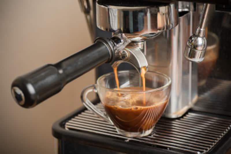 エスプレッソは、細挽きのコーヒーを専用の機械で気圧をかけて抽出します