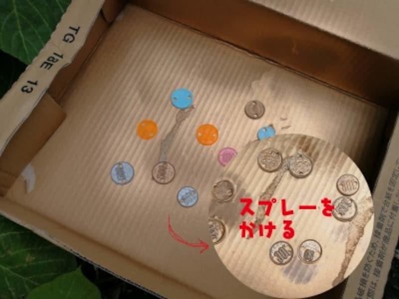 ペットボトル貯金箱だけでなく、おもちゃのお金にもスプレーを。片面は見えないので、スプレーは片面だけでOK