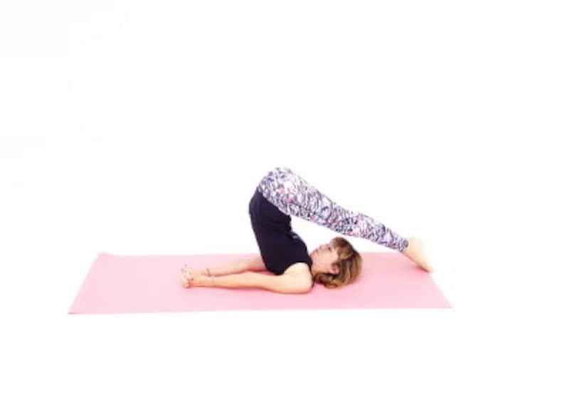 ハラーサナ3 つま先を頭の先に伸ばし、両腕で床を押しながら首の後ろを伸ばし10呼吸キープしましょう。