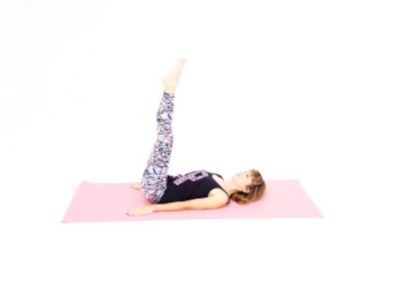 ハラーサナ4 両手を解き手のひらを床につけ、ゆっくり背骨を床につけます。