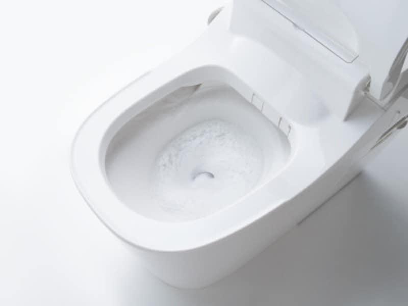 流すたびに泡と水流で洗う。市販の台所用合成洗剤(中性)を使用し、泡のパワーでしっかり洗浄する。[アラウーノ 激落ちバブル] パナソニックエコソリューションズ http://sumai.panasonic.jp/