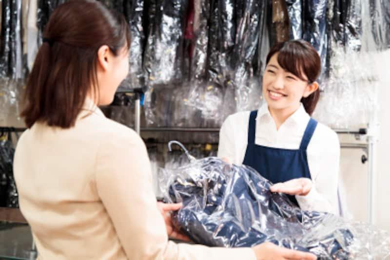 クリーニング店で服に被せられたビニールは、取り外さないとたいへんなことに!