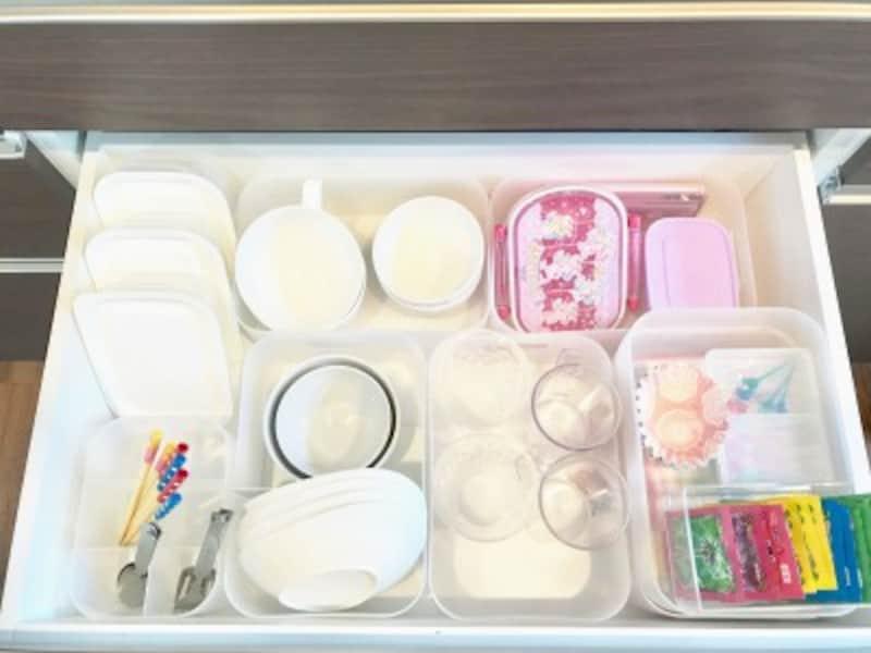 引き出し内の子ども食器の整理に積み重ねボックスを使用