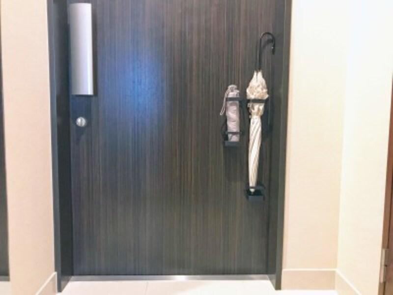 玄関ドアにつけてカサの収納に使用。